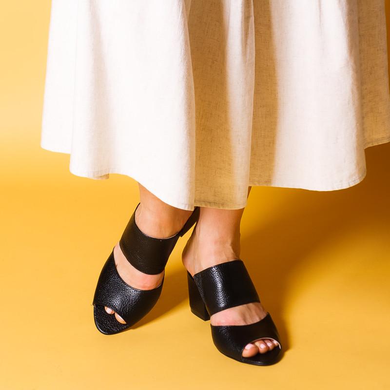 Шльопанці літні чорні шкіряні на середньому каблуці 6 см