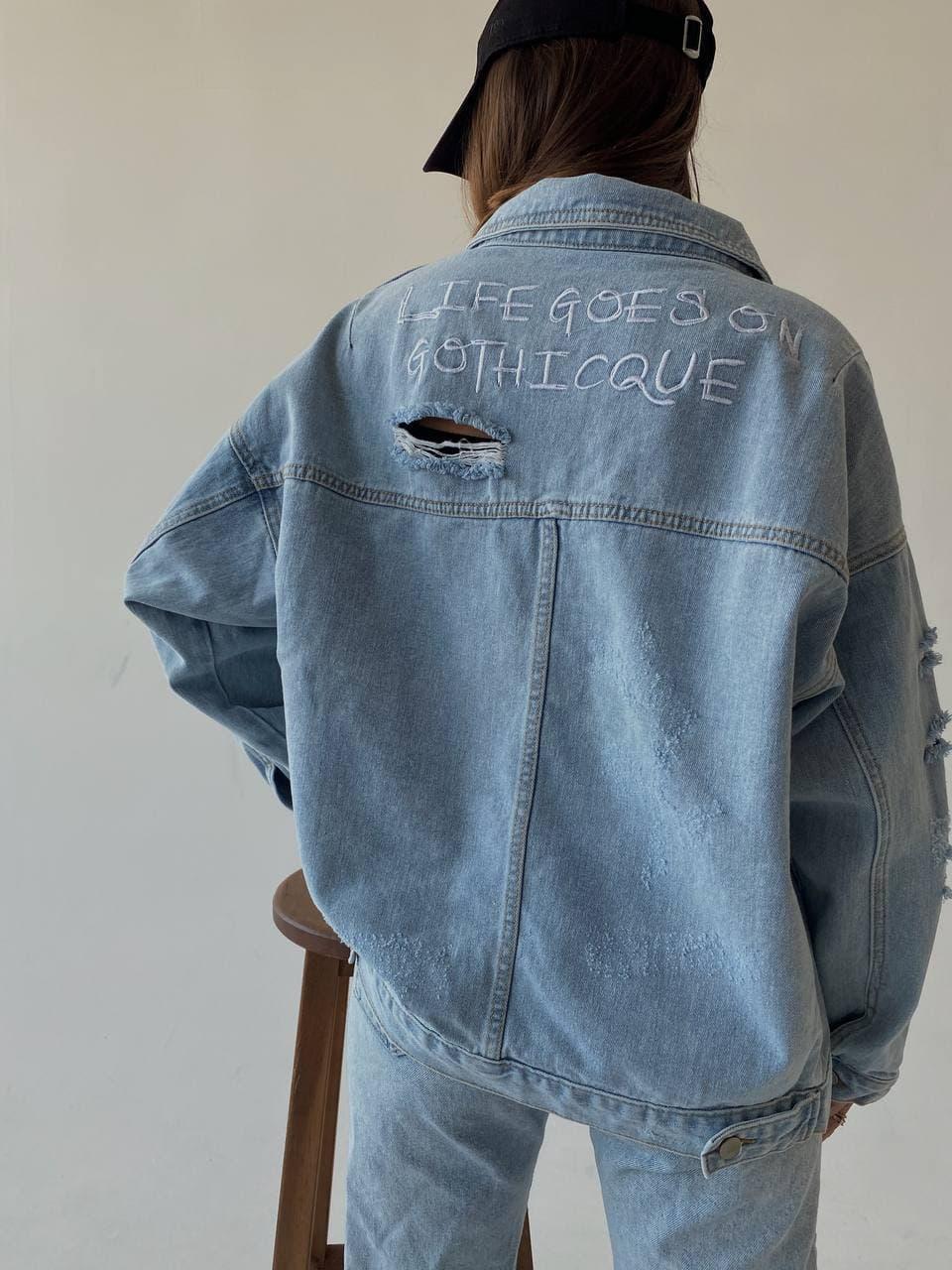 Дуже крута жіноча джинсова куртка з кишенями і написом на осінь