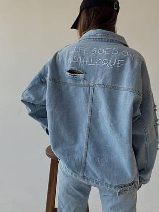 Дуже крута жіноча джинсова куртка з кишенями і написом на осінь, фото 2
