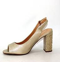 Босоніжки на квадратному каблуці золотого кольору з відкритим носком