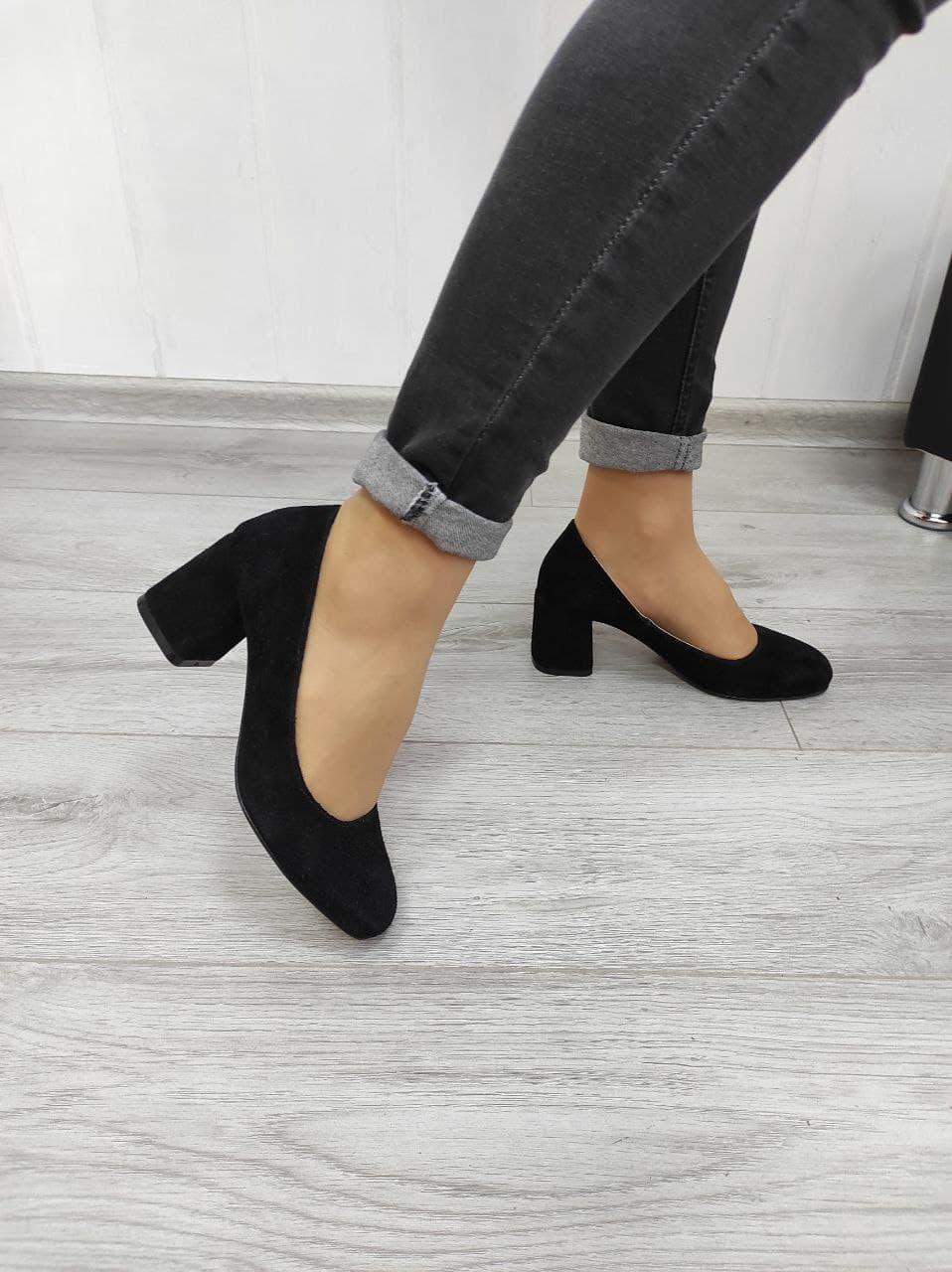 Замшеві класичні туфлі на підборах