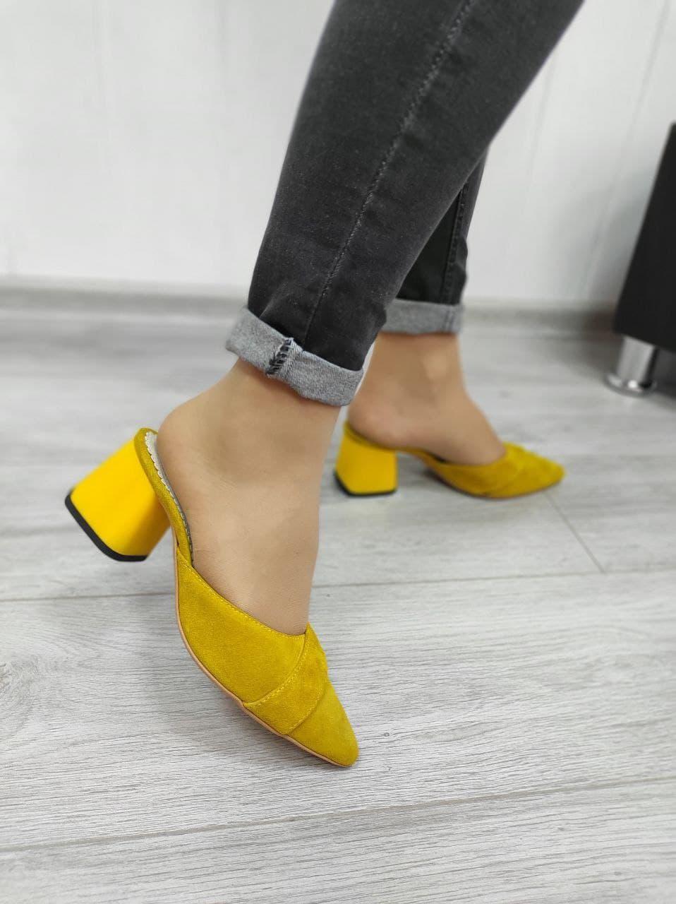 Желтые замшевые сабо на каблуке в наличии