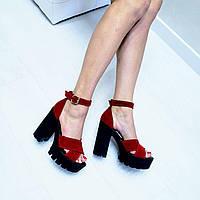 Босоножки на каблуке из натуральной замши красные