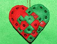 Игрушка-подвеска из фетра ручной работы Сердечко красно-зелёное  2537
