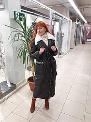 Стильное удлиненное зимнее плащевое пальто с мехом кролика Анисия.