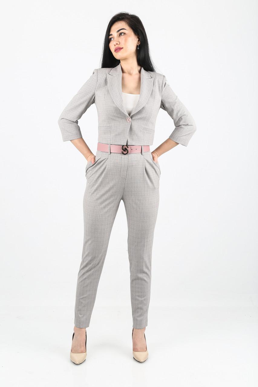 Стильний жіночий костюм з укороченим жакетом в сіро-рожеву клітину SHN-2366