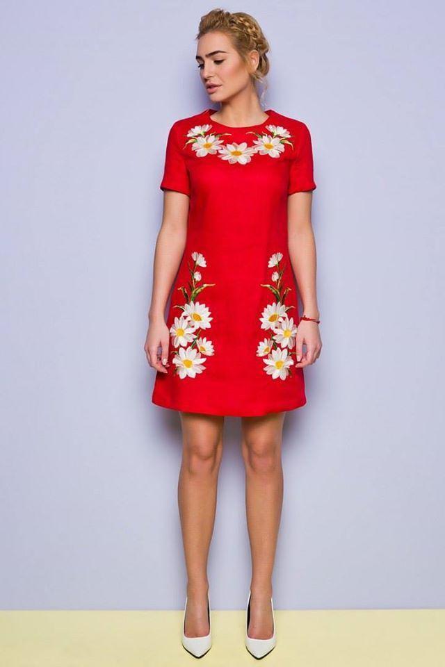 Льняное  красное летнее платье с вышивкой ромашки