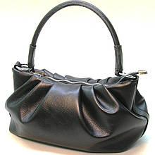 Черная кожаная сумка cо сборками.