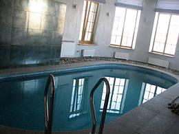 Установка басейну з оздобленням по периметру копінговий каменем