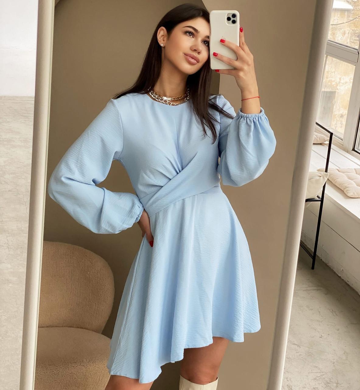 Женское платье с объёмными рукавами и пышной юбкой