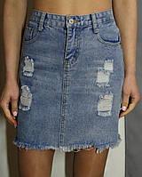 Стильная джинсовая юбка со рваностями