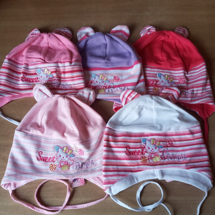 Весенняя трикотажная шапочка для девочки