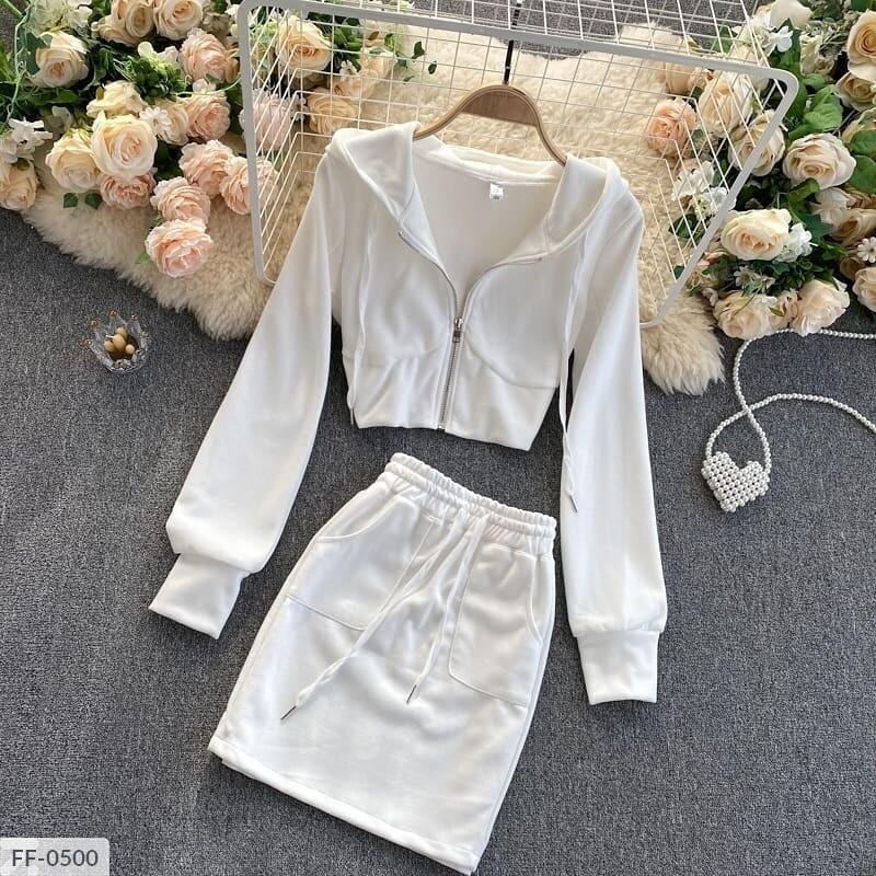 Женский костюм с юбкой и укороченной кофтой