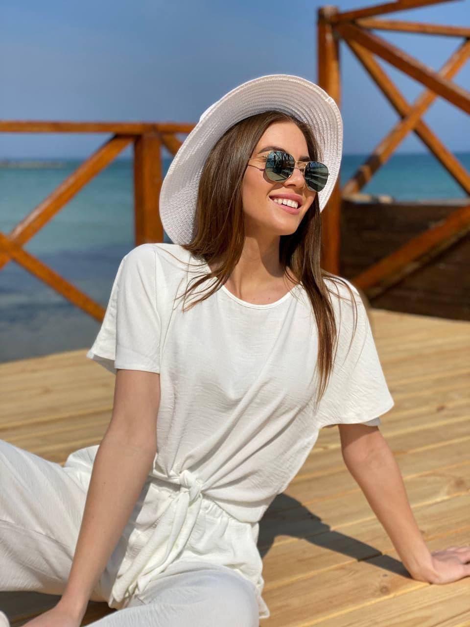 Чудова біла пляжна капелюх з декором