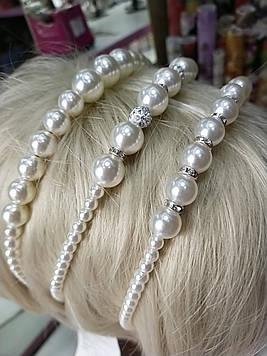 Красивый обруч для волос металлический с жемчужинами украшенный белым жемчугом