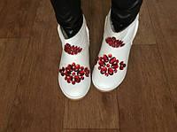 Белые угги с красными крупными камнями