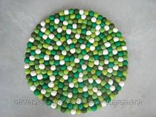 Зелено белый круглый ковер сделаный вручную