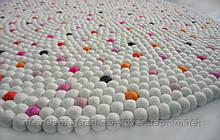 Ніжний килим з світлих повстяних кульок