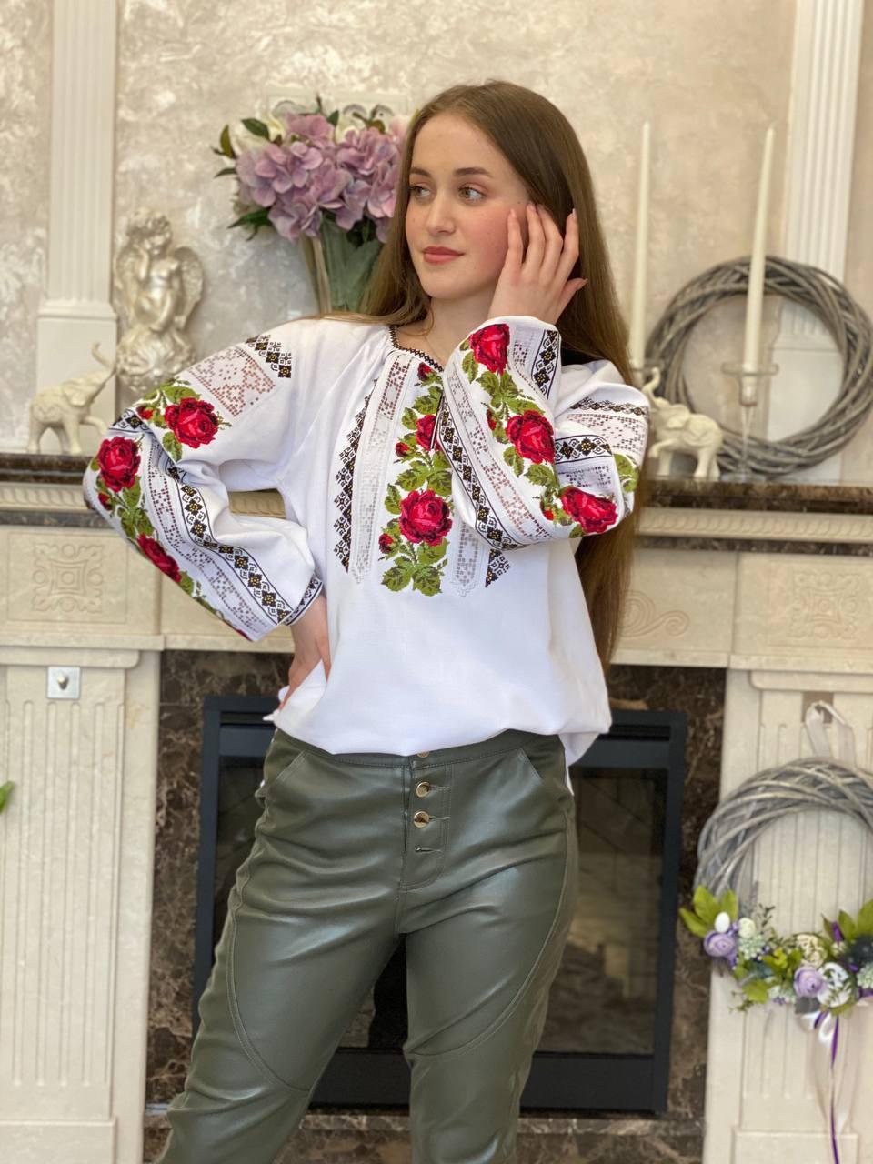 Жіноча вишиванка з трояндами і мереживом - дуже ніжна і водночас яскрава❤️