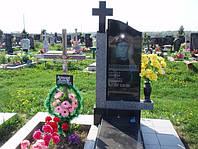 Гранитный памятник надгробие с крестом и цветником вертикальный образец №23