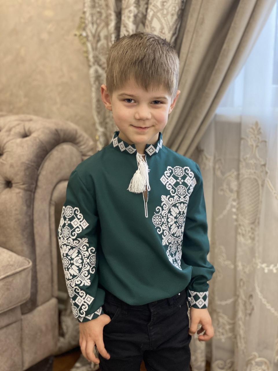 Вишиванка на хлопчика «Медальйон білий на зеленому»