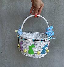 Білий дитячий пасхальний кошик задекорований зайчиками для хлопчиків та дівчаток