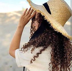 Соломенная шляпка с тонким плетением и черной ленточкой