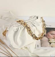 Сумка с золотой цепью в стиле Bottega Veneta облако пельмень pouch тренд 2021 год модная сумка в бежевом цвете