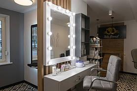 Підвісне дзеркало в рамі та під світкою за індивідуальними розмірами в білому кольорі М606