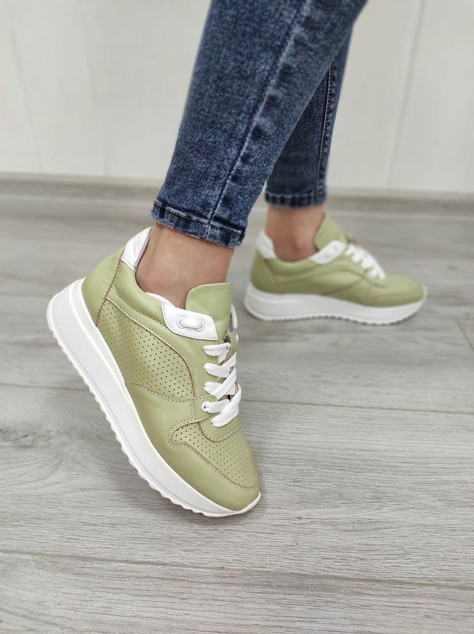 Літні кросівки з перфорацією оливкового кольору в наявності