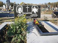 Двойной надгробный памятник горизонтальный из гранита с цветником образец №3