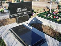 Двойной надгробный памятник горизонтальный из гранита с плитой и цветником образец №4