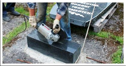 Комплект памятника состоит из трех элементов: надгробная стела, постамент (цоколь) и цветник. Установка памятника начинается с постамента, который примет на себя вес стелы. Постамент углубляется в слой бетона и тщательно выравнивается.