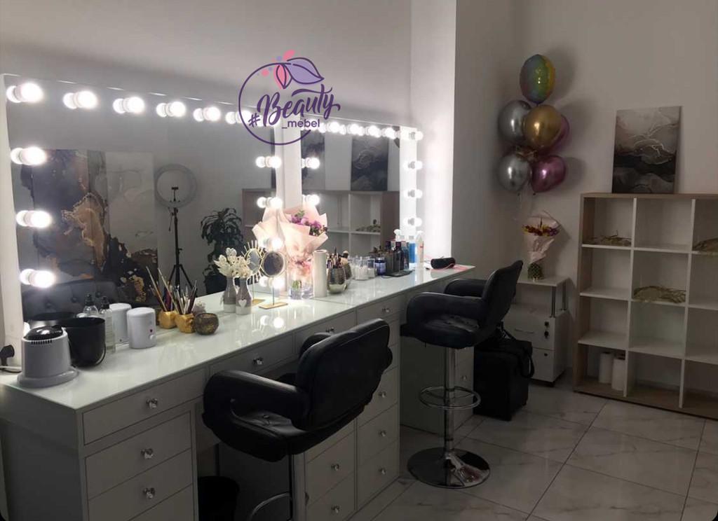 Гримерный стол для визажиста с широким зеркалом