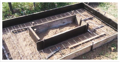 На подготовленный грунт выкладывается арматура, которая в дальнейшем будет служить основанием для всей конструкции.