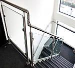 Ограждение маршевых лестниц перилами из нержавеющей стали со стеклянным заполнением