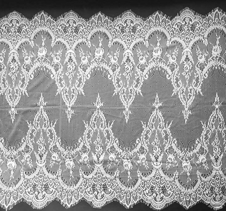 Ажурное французское кружево шантильи (с ресничками) белого цвета шириной 62 см, длина купона 3,0 м.