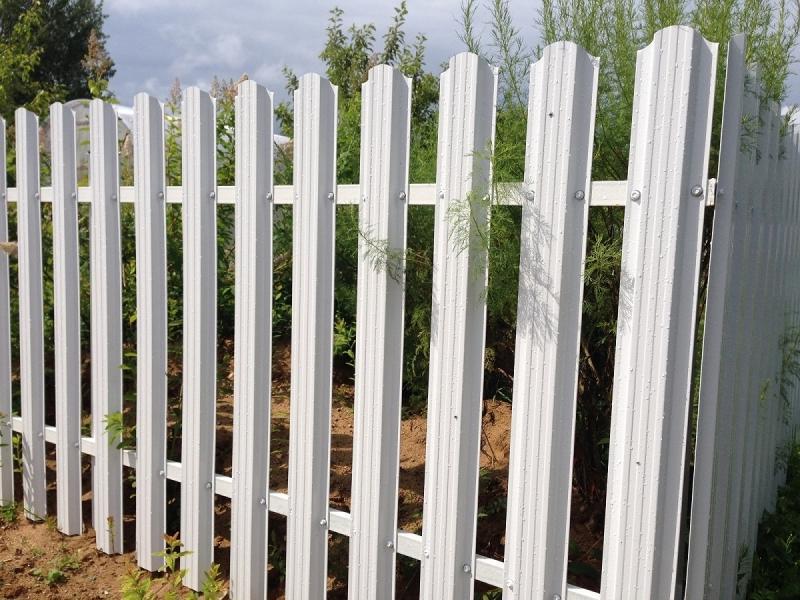 Секція огорожі з євроштахетника розміром 2,5х1,5 м, колір білий