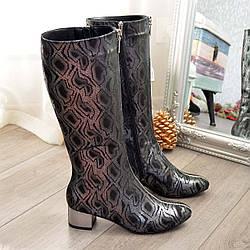 Сапоги женские на невысоком каблуке, декорированы молнией. Натуральная кожа с принтом питон