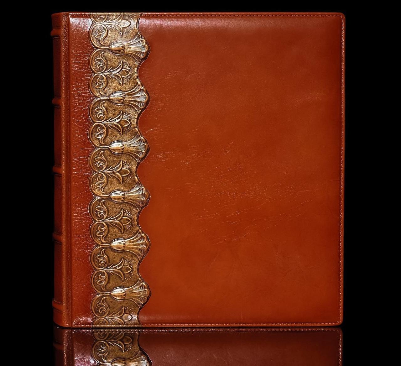 """Фотоальбом в кожаном переплете с объемным тиснением и дизайнерскими листами """"Лотос"""". Цвет коричневый"""