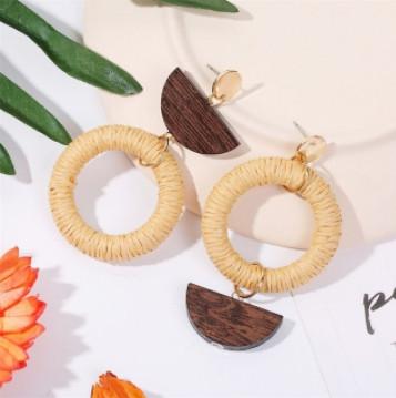 Модні жіночі сережки плетені з ротанга