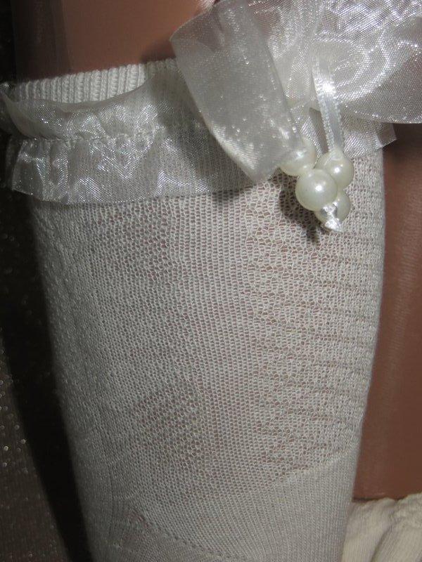 Носки молочного цвета с рельефным рисунком Bross с атласным бантом и бусинками