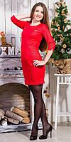 Праздничное платье с рукавом 3/4 украшено аксессуаром на груди с надписью Prada