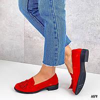 Красные замшевые туфли на плоской подошве