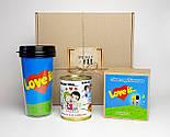 """Подарунок дівчині """"Лав із"""": стакан для кави з кришкою """"Лав із"""", шкарпетки жіночі в банці, печиво з побажаннями, фото 2"""