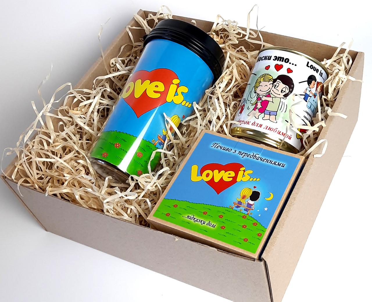 """Подарунок дівчині """"Лав із"""": стакан для кави з кришкою """"Лав із"""", шкарпетки жіночі в банці, печиво з побажаннями"""