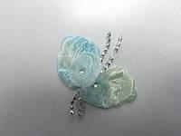 Цветок голубой с листиками и бусинками
