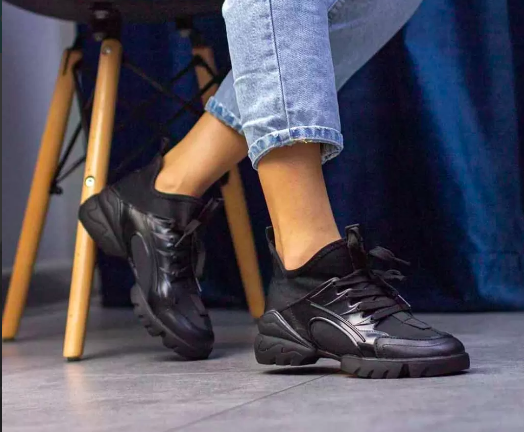 Стильні жіночі текстильні кросівки чорного кольору