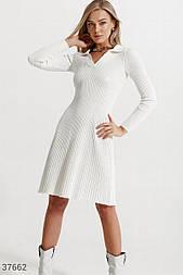Повседневное платье из трикотажа в рубчик белое