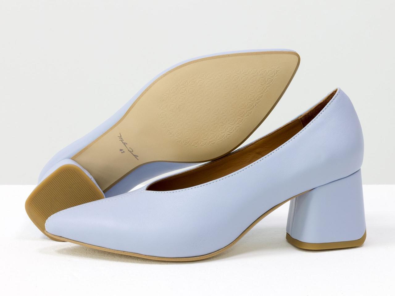 Туфли на обтяжном каблуке, выполнены из натуральной итальянской кожи небесно-голубого цвета